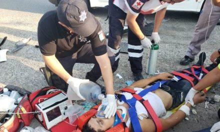 ¡Graves 2 jóvenes motociclistas que chocaron contra una camioneta en Aguascalientes!