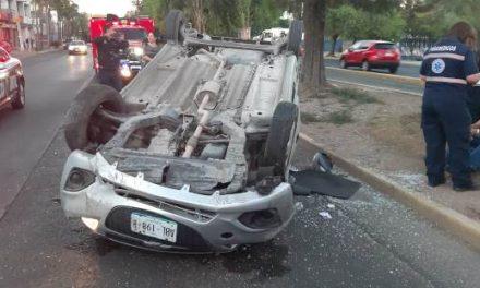¡2 autos protagonizaron aparatoso choque-volcadura en Aguascalientes!