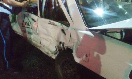 ¡3 lesionados tras fuerte choque entre un auto y un taxi en Aguascalientes!