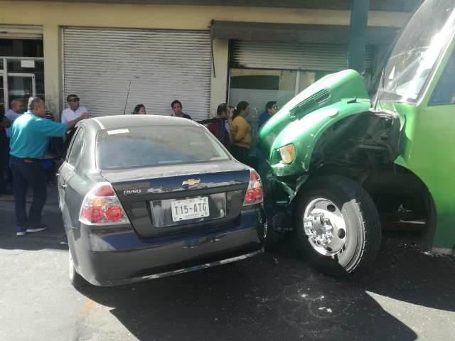 ¡Camión urbano embistió y arrastró un auto en Aguascalientes: 3 lesionados!