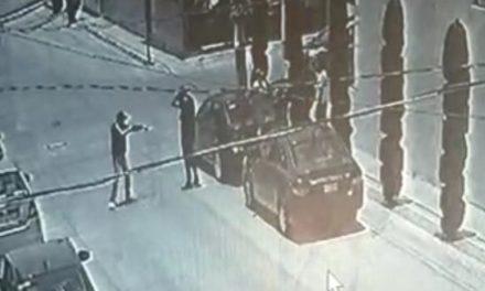 ¡2 pistoleros asaltaron a cuentahabientes en Aguascalientes y les robaron $300 mil!