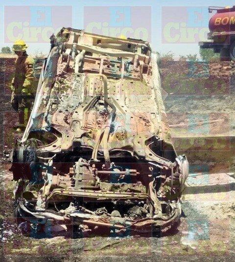 ¡Camioneta se volcó e incendió en Lagos de Moreno!
