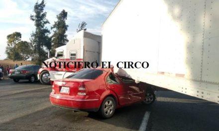 ¡Automóvil se metió debajo de la caja de un tráiler en Lagos de Moreno: 2 lesionados!