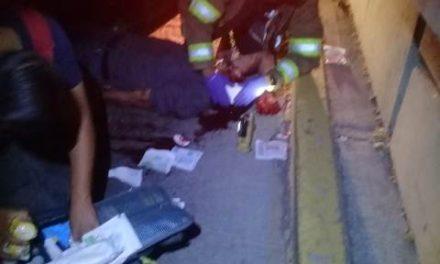 ¡Joven lesionado tras aparatosa volcadura de su auto en Aguascalientes!