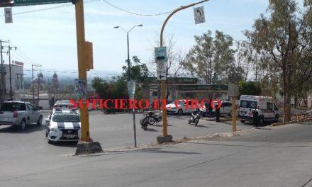 ¡Menor de edad lesionado tras desigual choque entre un auto y una moto en Lagos de Moreno!