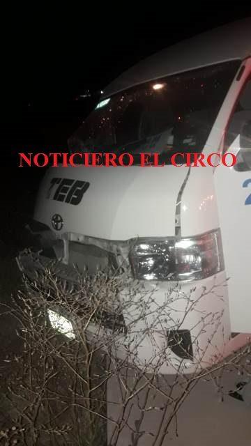 ¡Camioneta chocó contra un poste de luz en Lagos de Moreno y dejó 8 trabajadores lesionados!