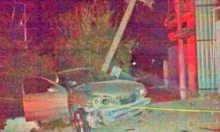 ¡Automóvil chocó contra un poste de la CFE y provocó una explosión en Lagos de Moreno!