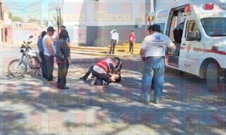 ¡Joven motociclista repartidor de pizzas lesionado tras derrapar en Lagos de Moreno!