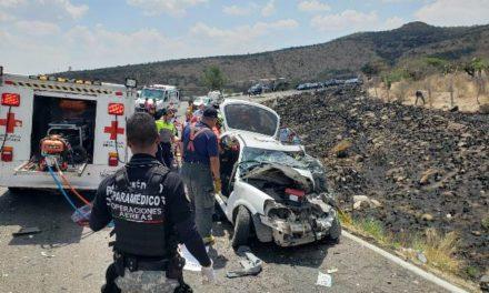 ¡Choque-volcadura entre un auto y una camioneta dejó 1 muerto y 5 lesionados en Aguascalientes!