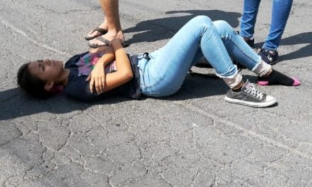 ¡Ciclista lesionada tras ser embestida por una camioneta en Aguascalientes!