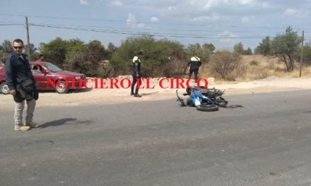 ¡Grave motociclista tras chocar contra una camioneta en Lagos de Moreno!