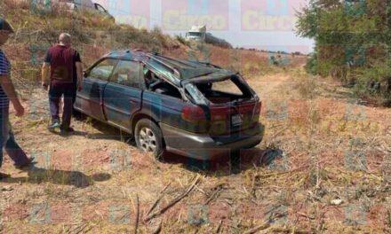 ¡Automovilista se volcó por esquivar unos baches en la carretera en Encarnación de Díaz!