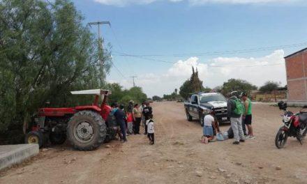 ¡Hombre se salvó de morir atropellado y aplastado por su tractor en Aguascalientes!