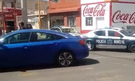 ¡Patrulla de la Policía Municipal de Aguascalientes chocó contra un auto y atropelló a un niño!