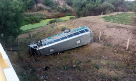 ¡Identifican a chofer de camión de transporte de personal que murió tras caer de un puente en Aguascalientes!