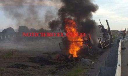 "¡Impresionante incendio de un tráiler ""madrina"" en Lagos de Moreno!"