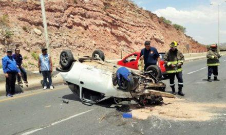 ¡Hombre resultó lesionado tras la volcadura de su auto en Zacatecas!