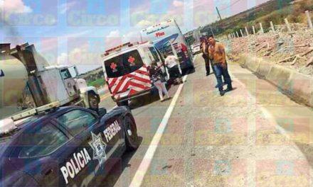 ¡Carambola entre 2 trailers y un autobús dejó 3 pasajeros lesionados en San Juan de los Lagos!