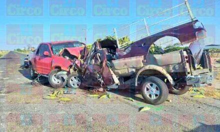 ¡1 muerto y 4 lesionados tras choque frontal entre 2 camionetas en Encarnación de Díaz!