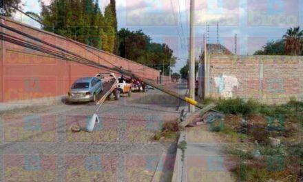 ¡Automóvil se estrelló contra un poste de madera en Lagos de Moreno!
