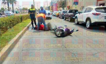 ¡Motociclista lesionado tras chocar contra la puerta de un taxi en Lagos de Moreno!