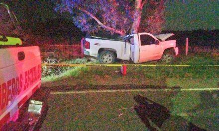¡Adolescente se mató tras estrellarse en su camioneta contra un árbol en Aguascalientes!