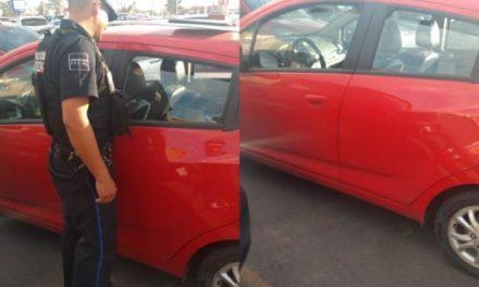 ¡Mujer dejó encerrados en un auto a sus 2 hijos pequeños en el estacionamiento del CC Altaria en Aguascalientes!