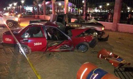 ¡Choque entre una camioneta y un taxi dejó 3 muertos y 4 lesionados en Aguascalientes!