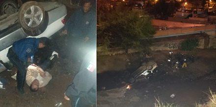 ¡Auto cayó a un barranco de 20 metros de profundidad en Aguascalientes y policías municipales rescataron a una pareja!