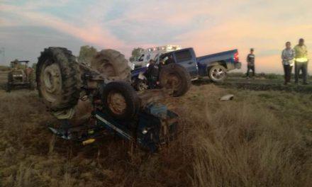 ¡Choque-volcadura entre una camioneta y un tractor dejó 1 lesionado en Aguascalientes!
