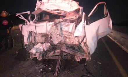 ¡Combi de transporte de personal chocó contra un tráiler en Aguascalientes: 1 lesionado!