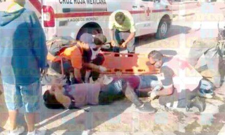 ¡2 motociclistas lesionados tras derrapar por esquivar una camioneta en Lagos de Moreno!