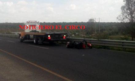 ¡Pareja en motocicleta fue embestida por un auto en Lagos de Moreno!
