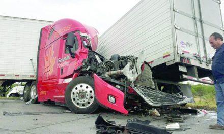 ¡Trailero de Aguascalientes murió tras chocar contra otro en Nuevo Laredo!