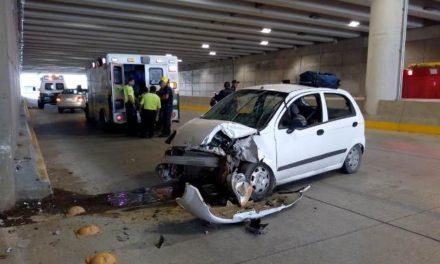 ¡2 muertos y 1 lesionada tras fuerte accidente automovilístico en Aguascalientes!