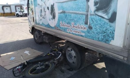 ¡Motociclista resultó lesionado tras estrellarse contra una camioneta repartidora de leche en Aguascalientes!