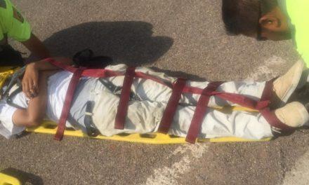 ¡Padre e hijo lesionados tras choque entre camioneta y motocicleta en Aguascalientes!