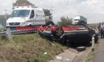 ¡Mujer y menor de edad lesionados tras volcadura de camioneta en Lagos de Moreno!