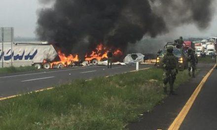 ¡Chofer murió calcinado tras choque e incendio de dos trailers en Lagos de Moreno!