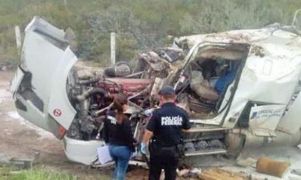 ¡Hombre y mujer fallecieron tras volcadura de un tráiler en Villa de Cos!