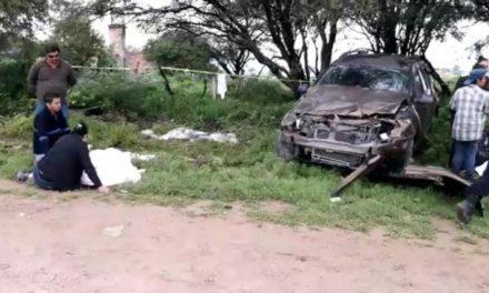 ¡Camioneta mató a 2 estudiantes e hirió a otros 7 en Encarnación de Díaz!