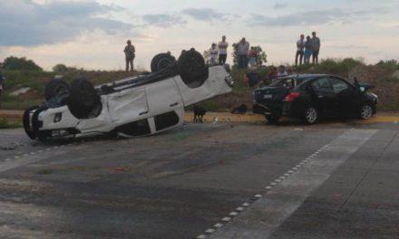 ¡Choque-volcadura entre una camioneta y un auto dejó 3 lesionados y daños por medio millón de pesos en Aguascalientes!