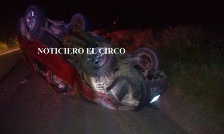 ¡Camioneta se volcó en el camino a La Sauceda en Lagos de Moreno!
