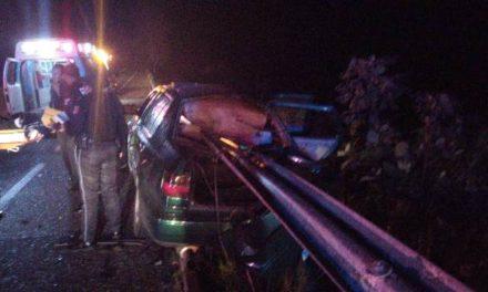 ¡Auto se incrustó contra una barrera de contención en Aguascalientes: 3 lesionados graves!