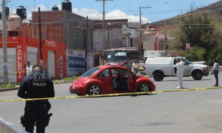 ¡Intentaron ejecutar a dos individuos a bordo de un auto en Guadalupe y uno quedó herido grave!