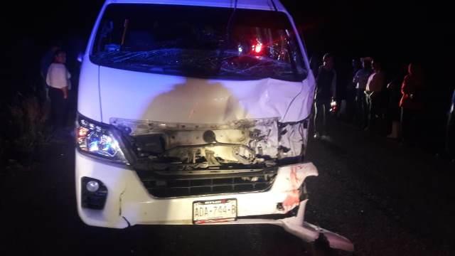 ¡Combi embistió y mató a un semoviente y el chofer resultó lesionado en Aguascalientes!