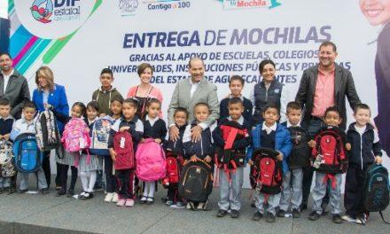 ¡Entrega el gobernador mochilas de la campaña 'Móchate con tu mochila'!