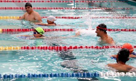¡Evalúan a alumnos de la academia de natación del IDEA!