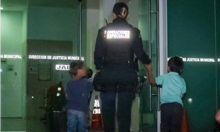 ¡Policías municipales de Aguascalientes rescataron a 2 niños que deambulaban solos por la calle!