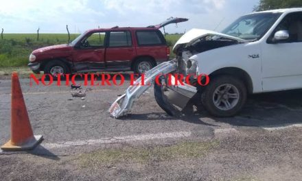 ¡Chocaron 2 camionetas y las dejaron abandonadas en Encarnación de Díaz!